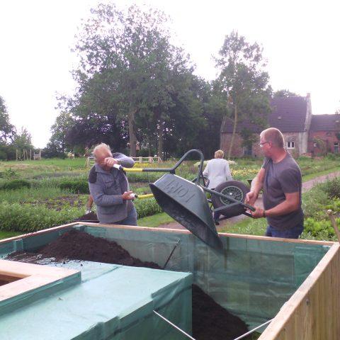 het vullen van de planttafels gebeurt met behulp van veel vrijwilligers